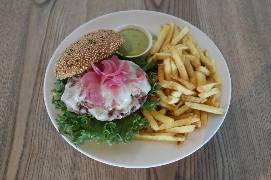 Fjellburger med geitost fra Lega, bacon fra Kvåle gård, ramsløkmajones, pommes frites, syltet rødløk (195 ,-)