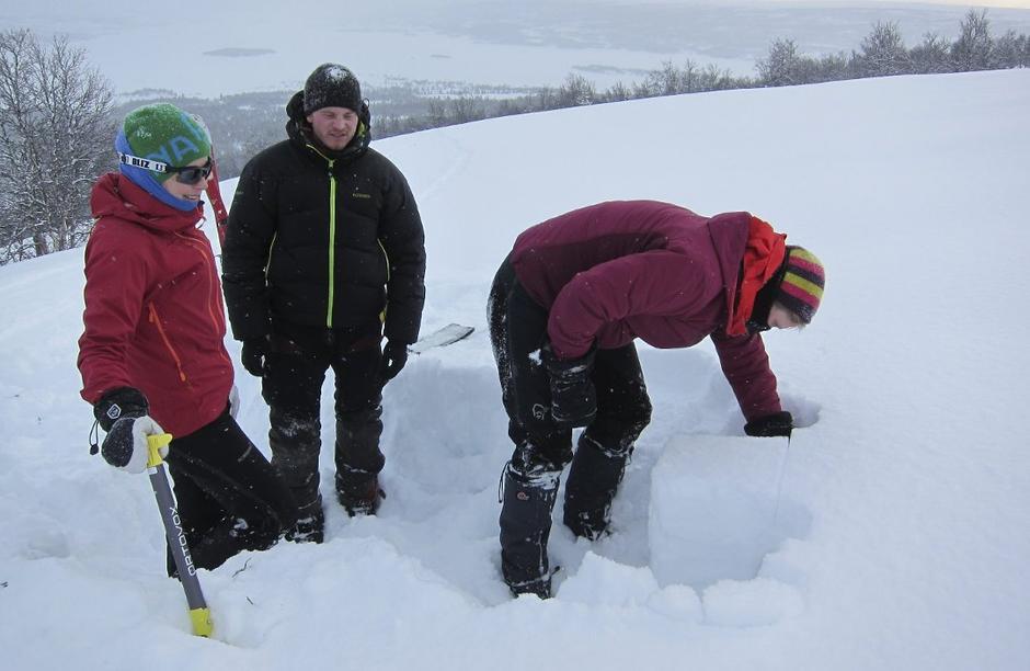 Kari Melby (t.h.) og Lise Nystuen har grave snøprofil i fjellet opp mot Gråkampen. Kursleiar Even Berntsen fylgjer med.