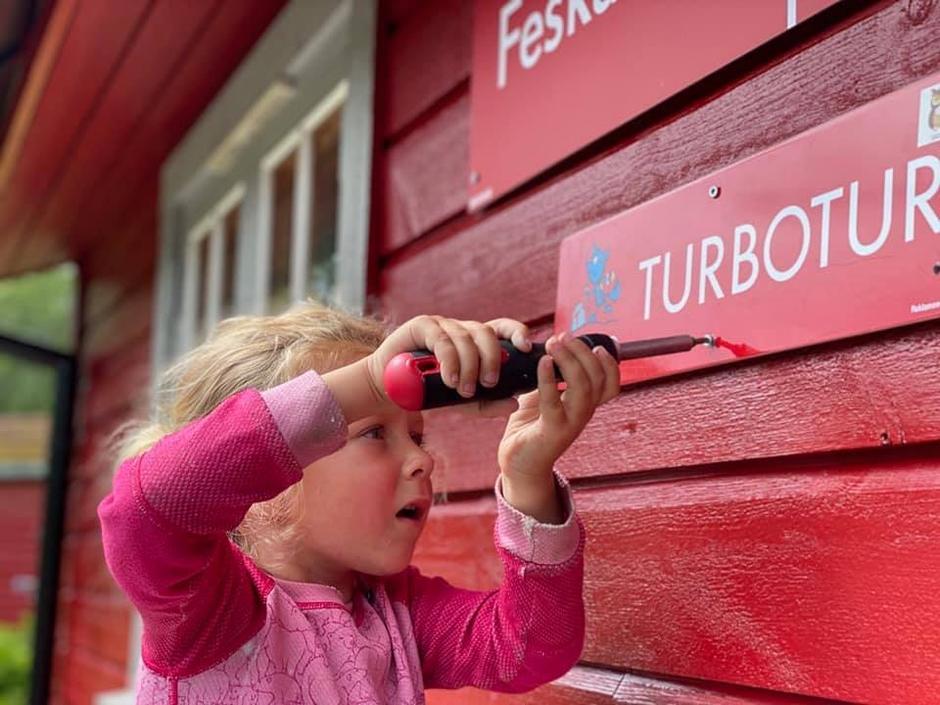Skrur opp TurboTUR skilt på Feskarbu