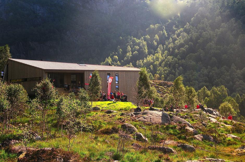 Turistforeningshytta på Kvitlen åpnet i slutten av august og har alt hatt nær 900 gjester.