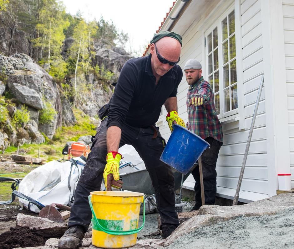 «SVELA-KRAFT»: Det har gått gjetord om de store steinene Svein Inge har fått rigget på plass på tunet.