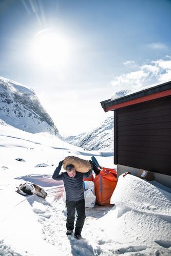 TUNGT: Mye arbeid gjenstår før hytta kan åpnes.