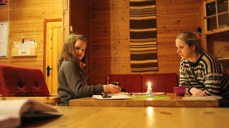 Koselig med kort, yatzy og brettspill på kvelden