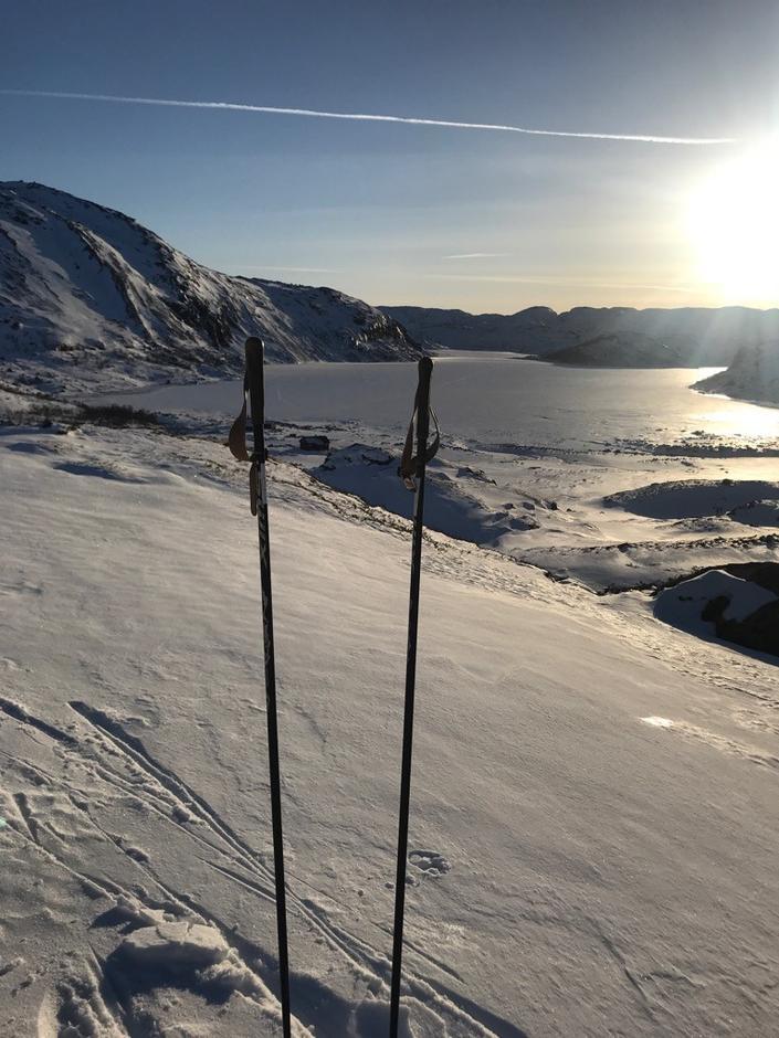 Nilsebuvatnet er i forbindelse med isfiske 9. mars målt til mellom 50 og 70 cm. Vær obs på åpent vann i utløpet ved demningen og elveløpet fra Storhillervatnet