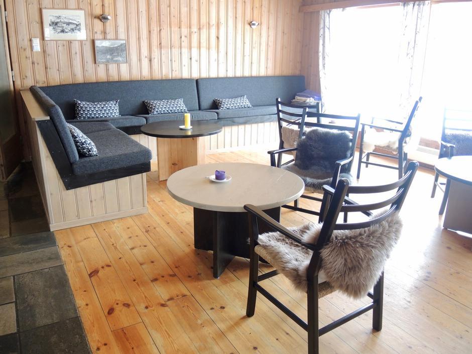 Den nye sofakroken på Ådneram turisthytte gir rom og plass til gode samtaler.
