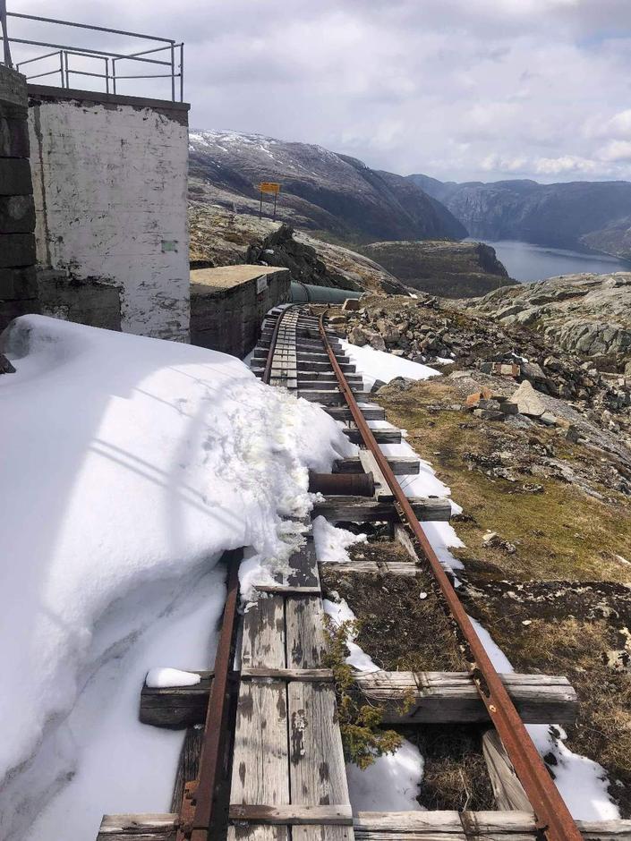 En liten flekk med snø på toppen av Følitrappene . Stort sett bart i terrenget. Foto: