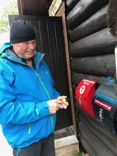 Torbjørn Strandheim setter ut postkasse ved Klubbfjelltjønna