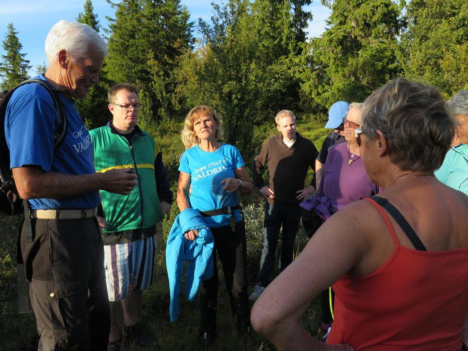 Gruppa samles rundt turleder Tormod