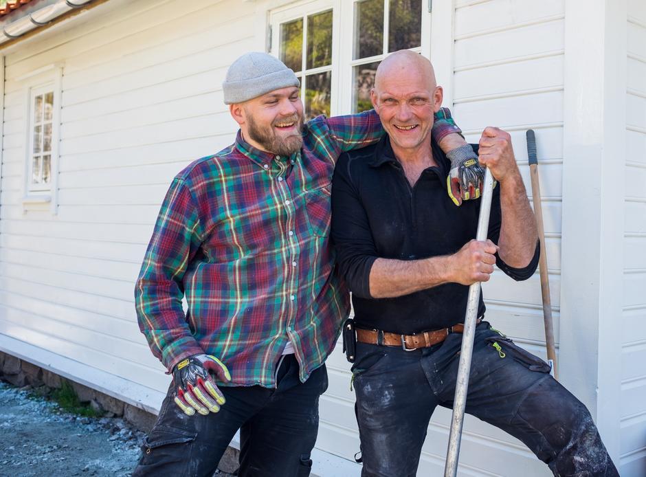 FAR OG SØNN: Svein Inge Svela og Brage Woie Svela legger siste hånd på verket på uteområdet på Bakken gard.