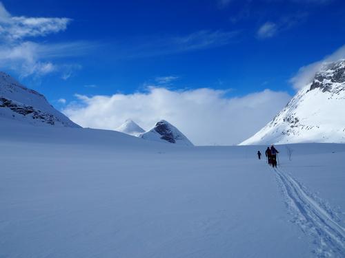 Jotunheimen, på vei fra Fondsbu til Olavsbu påsken 2015. Mjølkedalstinden i bakgrunnen.