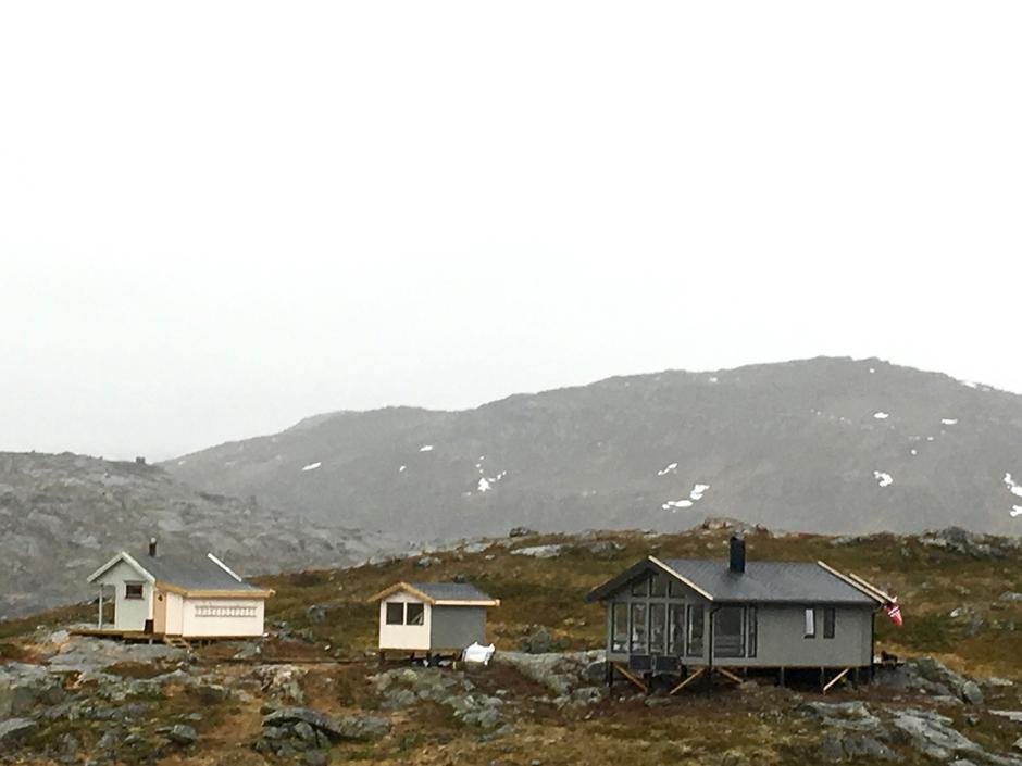 Nye hytteanlegget ved Haakonsbu. Gamle uthuset er renovert flyttet og omgjort til badstuhytte. Gammelhytta har fått påbygg med nytt vedlager.