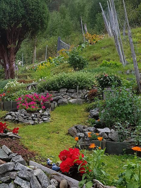 Nede att ved fjorden og ein vakker hage heilt i sjøkanten  --  --