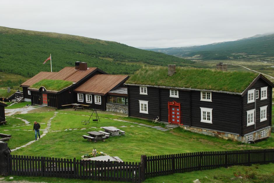 Grimsdalshytte ligger vakkert til i Grimsdalen, med et vidt utsyn mot Rondanes topper.
