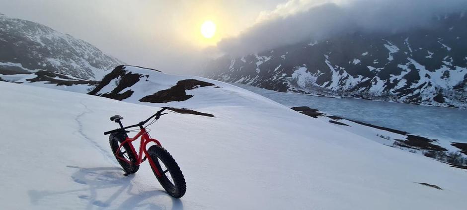 FATBIKE I SOLNEDGANG: Med brede hjul har du fort Gjende for deg selv.