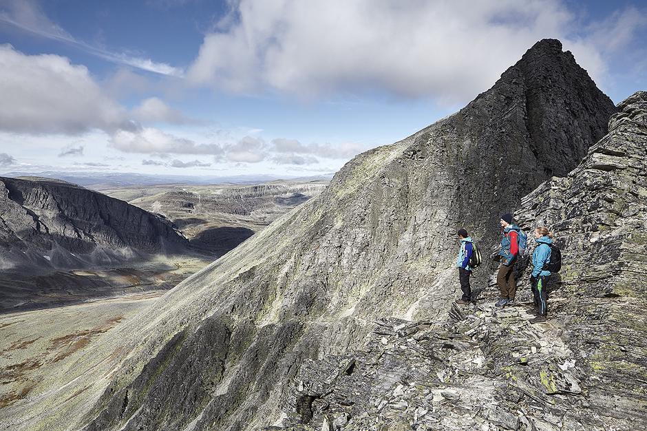 BERGTATT: Ingenting å si på utsikten og topografien på vei mot toppeggen på Trolltinden.