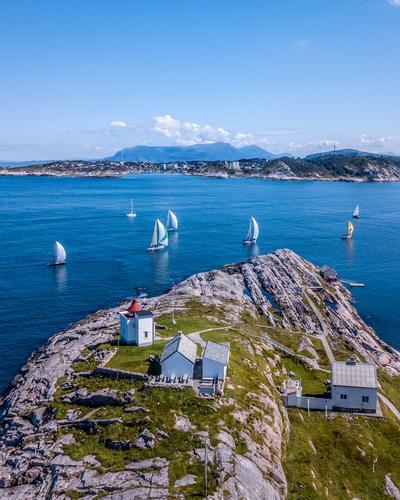 Vi hadde en flott tur til Stavneset fyr ytterst på Averøya. Når vi kom frem ble vi møtt med over 20 seilbåter som seilte frem og tilbake mellom Averøya og Kristiansund. Bildet er tatt i sommer med min drone