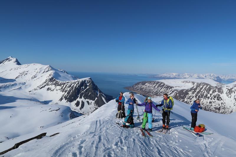 Fra Bratte dager 2019 på Arnøya. Her fra Tågtinden. Den høyeste toppen på Arnøya, Arnøyhøgda vises bakerst til venstre. På bildet er turledere Anders og Monica Bryn, samt deltakere.