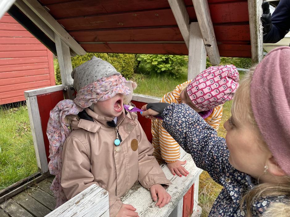Smaksprøver med bind for øynene er en morsom del av en aktivitetsløype for hele familien.
