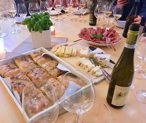 Gode italienske og franske oster. Italiensk parmaskine, foccatia og gode viner som passer perfekt til!