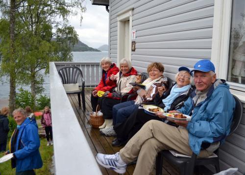 Stor stemning med god mat og drikke. Foto Njål Vadla