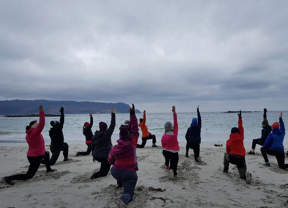 Å trene yoga på Grotlesanden og med utsikt til havet, gir ekstra energi og ro i kroppen.