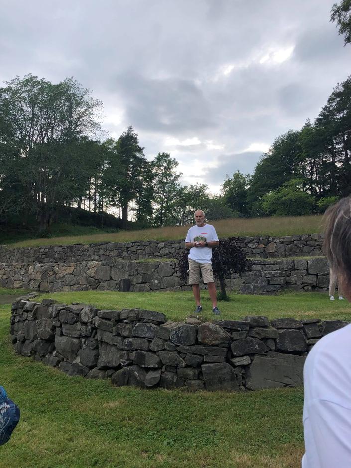 Tidligere daglig leder i Furøya IKS orienterer om Furøyas historie.