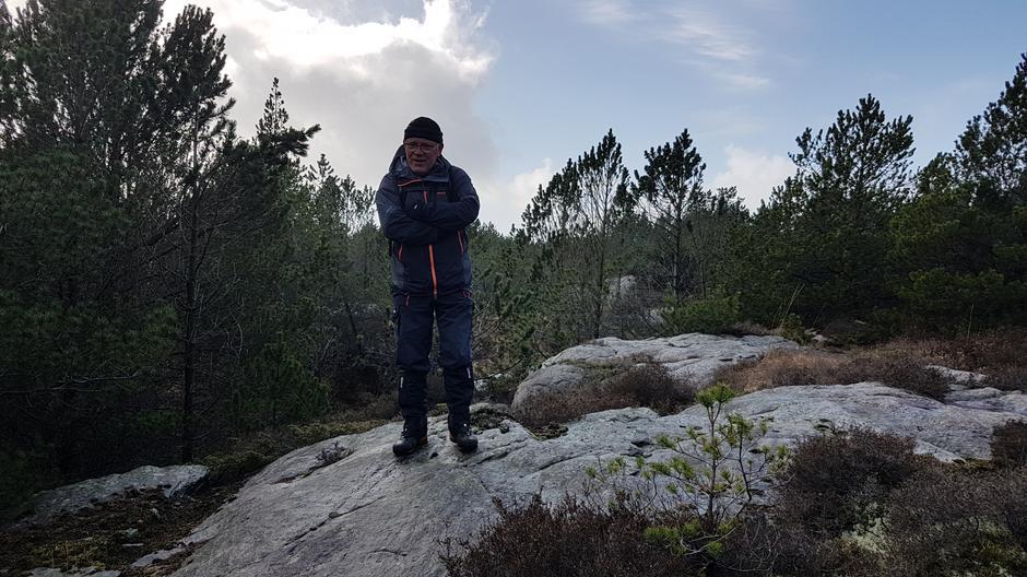 Atle Nordvik. Liten stopp i skogen for å høyre Atle lese dikt av Jacob Sande.