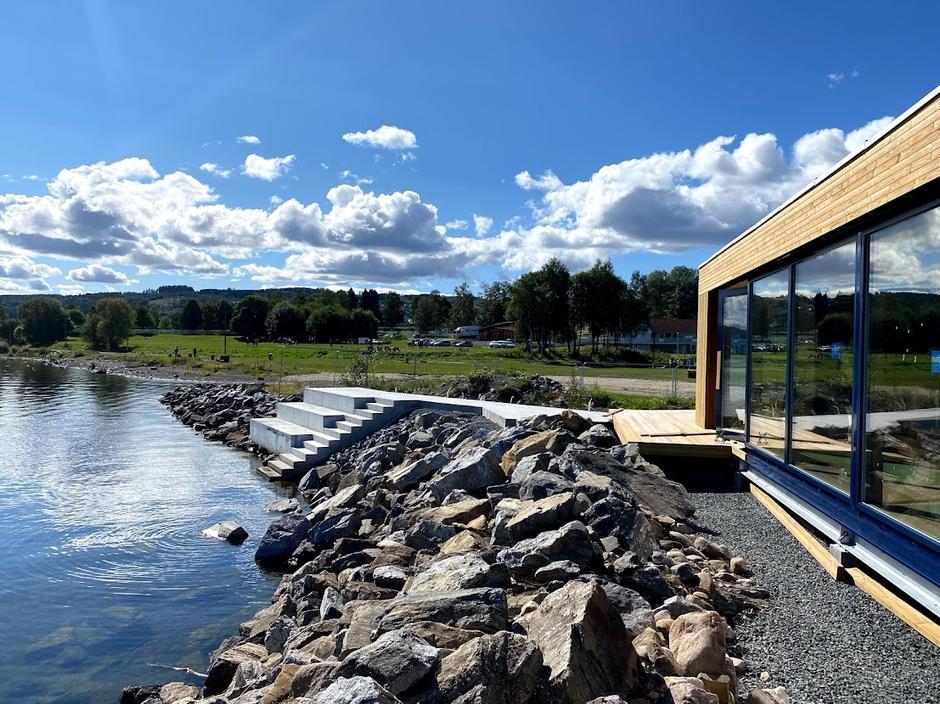 PANORAMA: Store vinduer fra gulv til tak slipper lyset og innsjøen helt inn i rommet.