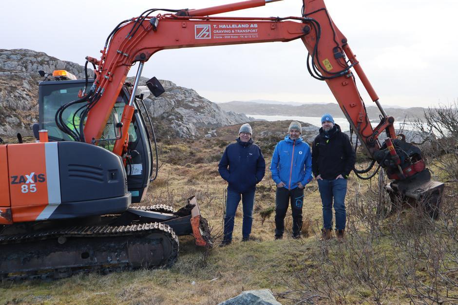 Karl Andreas Knutsen (styreleder, Haugesund Turistforening), Rolf Svendsen (prosjektleder, Haugesund Turistforening) og Svein Aase (byggeleder) var til stede for byggestart av Flokehyttene ved Ryvarden Kulturfyr 15. januar.