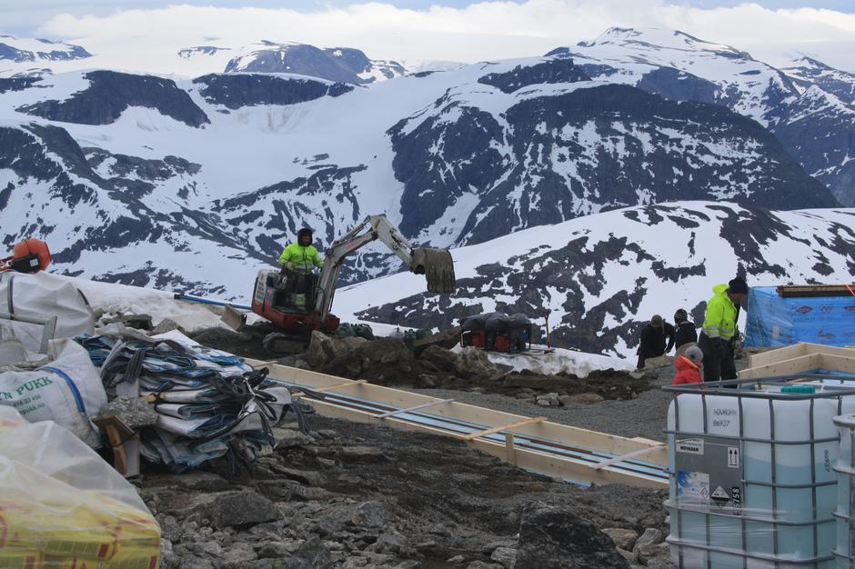 Bjørn S. Vike jobber med fundamentene til nye turisthytten på Skåla.