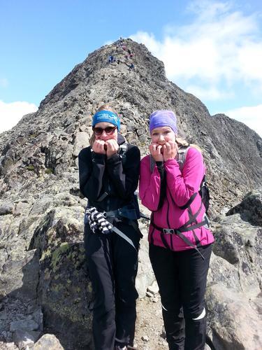 To smånervøse jenter klare for å bestige Besseggen i Jotunheimen sommeren 2015. F.v: Christina Gothe Schultz, Karina Kristiansen