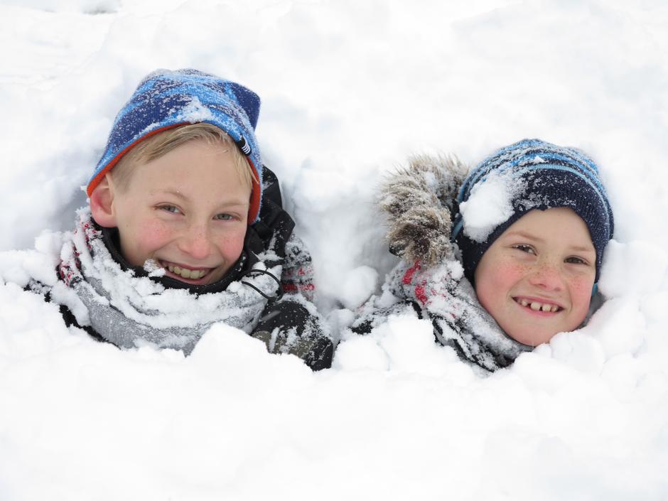 Hjemme i Hagen mine sønner koser seg i snøen Larvik