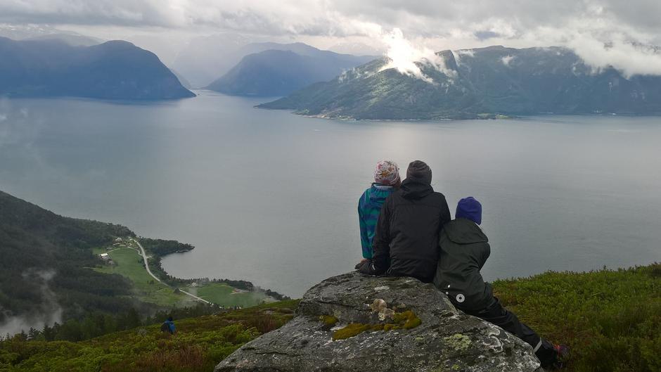 Utsikt. Myrekrok nede til venstre. Fuglesetfjorden på andre sida av Sognefjorden.
