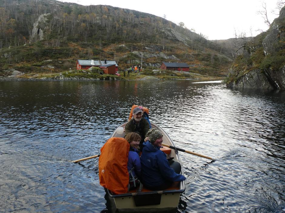 Bjarte Kleiven tilbydde skyss over Klefjellsvatnet så me slapp å verte våte i  ei ekstra vassrik elv ved Kringlevatnet. Tusen takk!