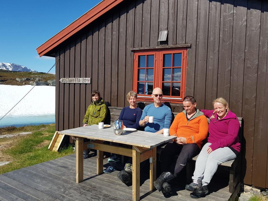 En velfortjent pause i forbindelse med sommerens hovedrengjøring på Gappohyttene.