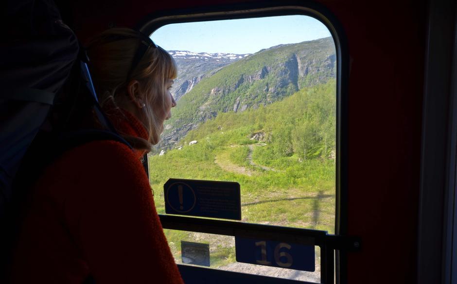 Naturopplevelsen starter på toget. Ofotbanen med utsikt til Narvikfjellene.