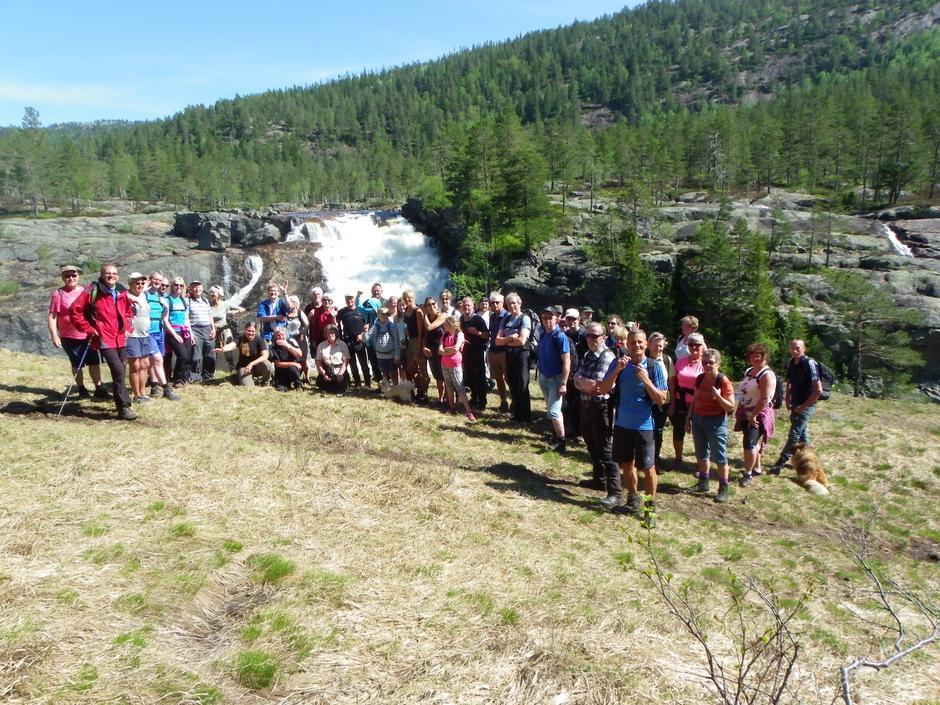 Glade turdeltakere foran Rjukanfossen i Tovdal.