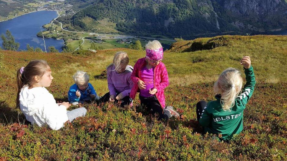 Kom deg ut arrangemena i turlagsregi samla 1900 små og store deltakarar. Her på tur med BT Jølster på Hamnanova.