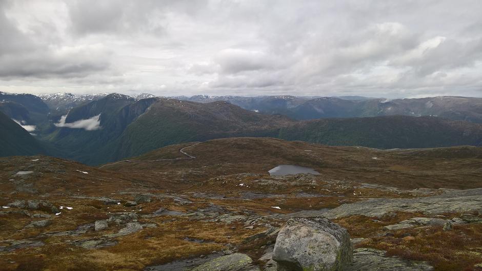 Utsikt ned mot Solnipavegen, vatna Dyttingane og innover Sørebødalen i bakgrunn