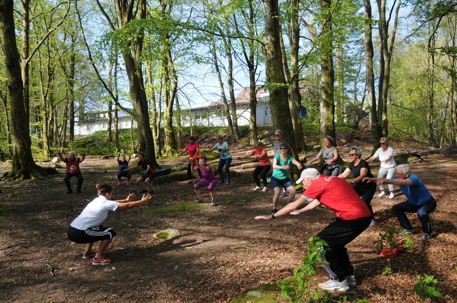 Fysisk trener Nadia Lima Ben Salem fra Stavanger idrettsklinikk får alle ned i knebøy og med strake armer. Øvelsen kjentes godt i legg- og lårmusklene!