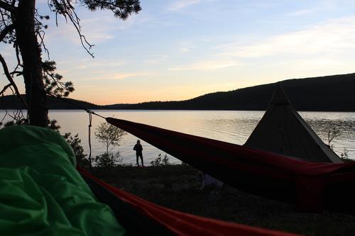 Familietur med kano.I seks dager padlet vi rundt med kano og lå både i lavo og hengekøye.Et vak ble observert fra hengekøya og noen var raskt nede med fiskestanga ;) – her: Skarvan og Roltdalen-Nationalpark.