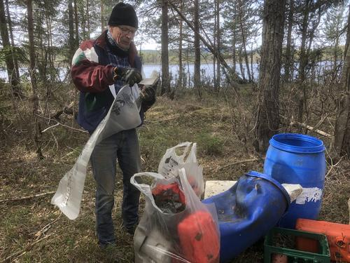 Ole Kristian med litt av søppelet fra Strandryddedagen 2019
