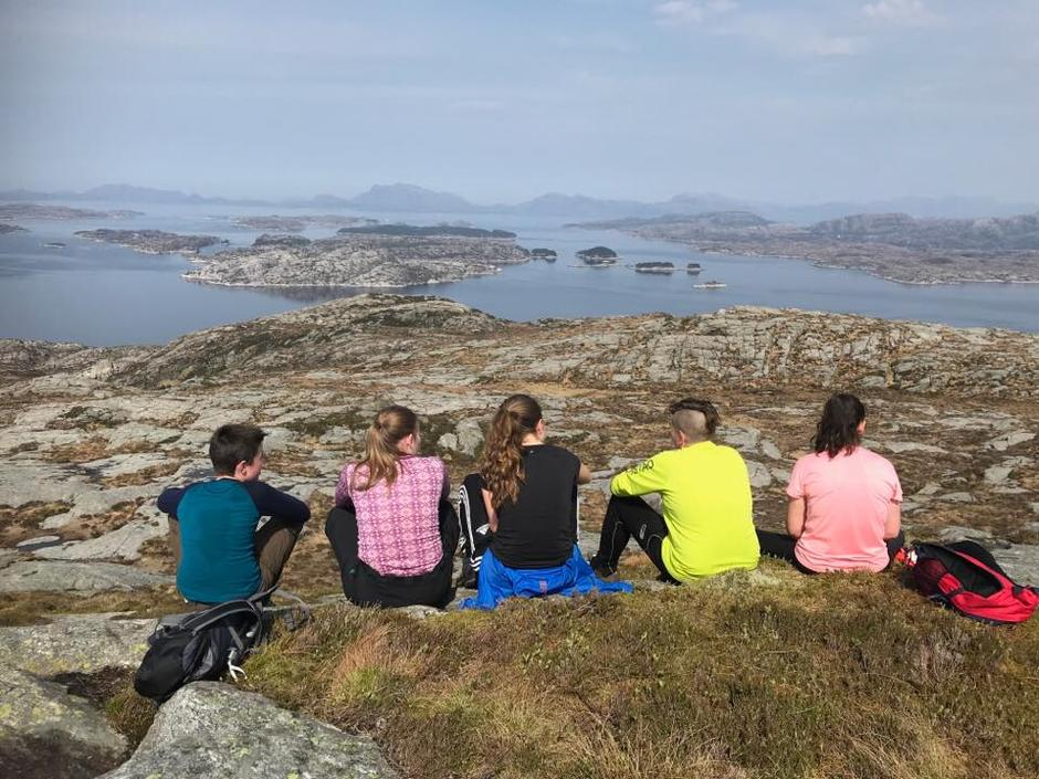 SPREKE UNGDOMMER: En stor gjeng ungdommer ble med på alle de tre toppene. Her nyter noen av de utsikten fra dagens andre topp, Piltevarden på Mjømna.