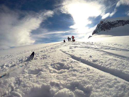 """På tur over Hardangervidda med DNT Ung Haugesund. Det er alltids godt å få et lite pust i bakken på vei opp """"Helvetesbakken"""" ved Veslenup."""
