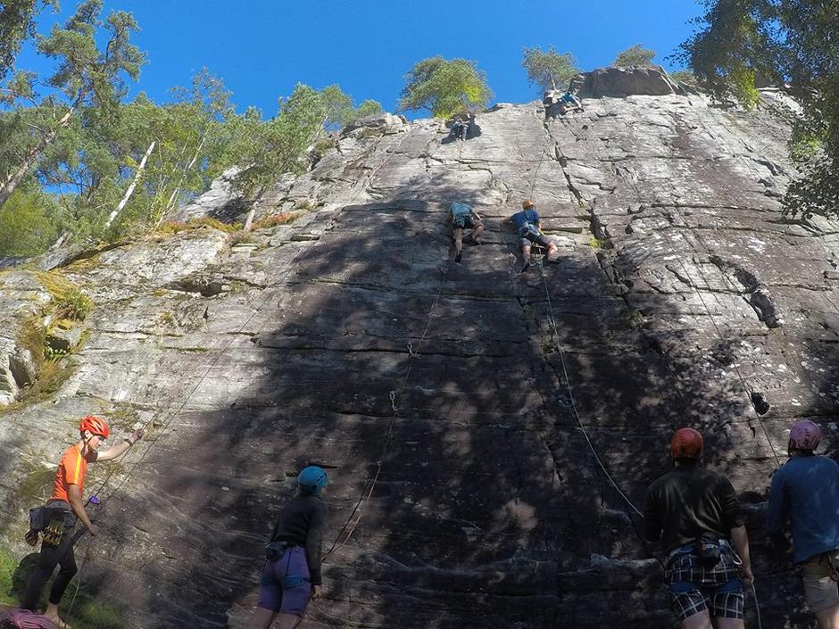 Ungdomane kosa seg i klatrefeltet på Sagefloten