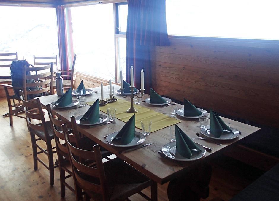 FESTBORD: Gjestene ønskes velkommen til bords med servietter og tente lys.