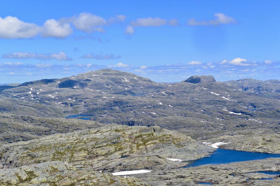 Utsikt mot Snønuten fra Såta i slutten av juli.