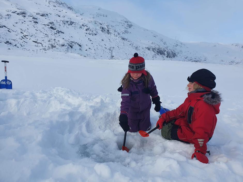 Ein vellykka Kom deg ut-dag for BT-Aurland med isfiske, iglo bygging, natursti, aking og bål fyring i Steinbergdalen