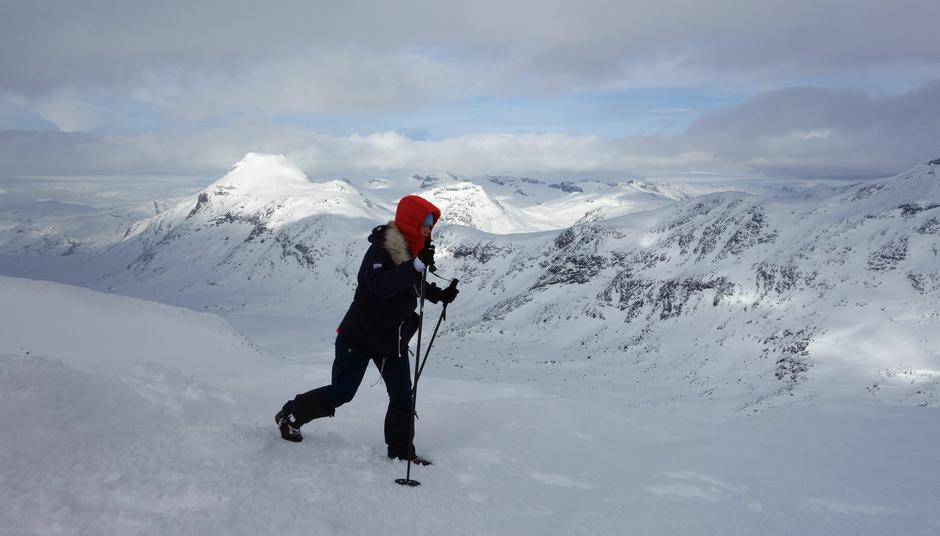 På vei over toppen av Olavsbunuten med utsikt til Vestre Rauddalstinden og toppene på Smørstabbreen. 21.02.