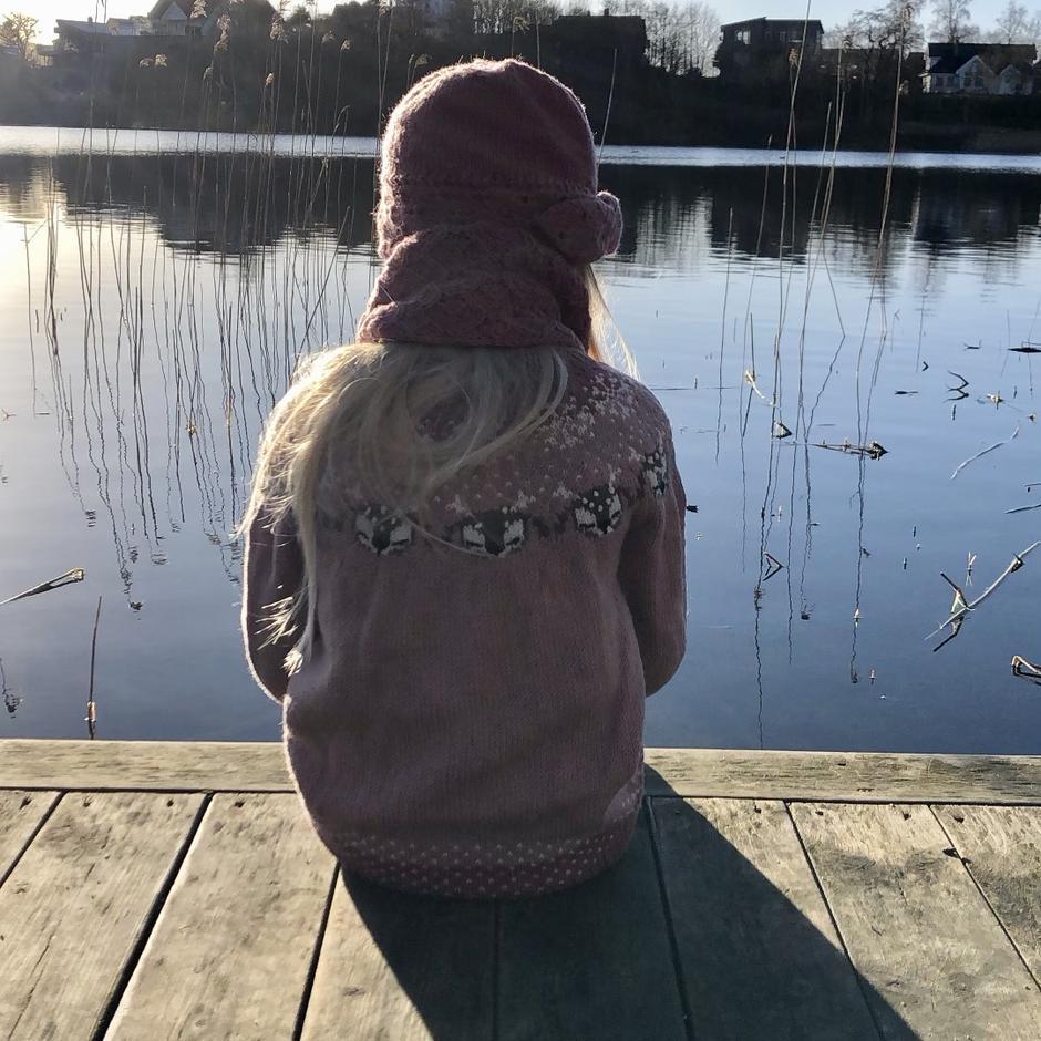 Kjenn pulsen senke seg med en herlig pause på brygga ved Krossvatnet som ligger ved Mølleparken på Tau.